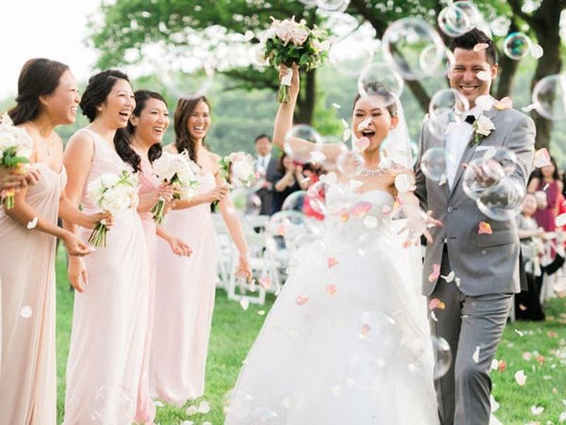 bolinhas de sabão na saída do casamento