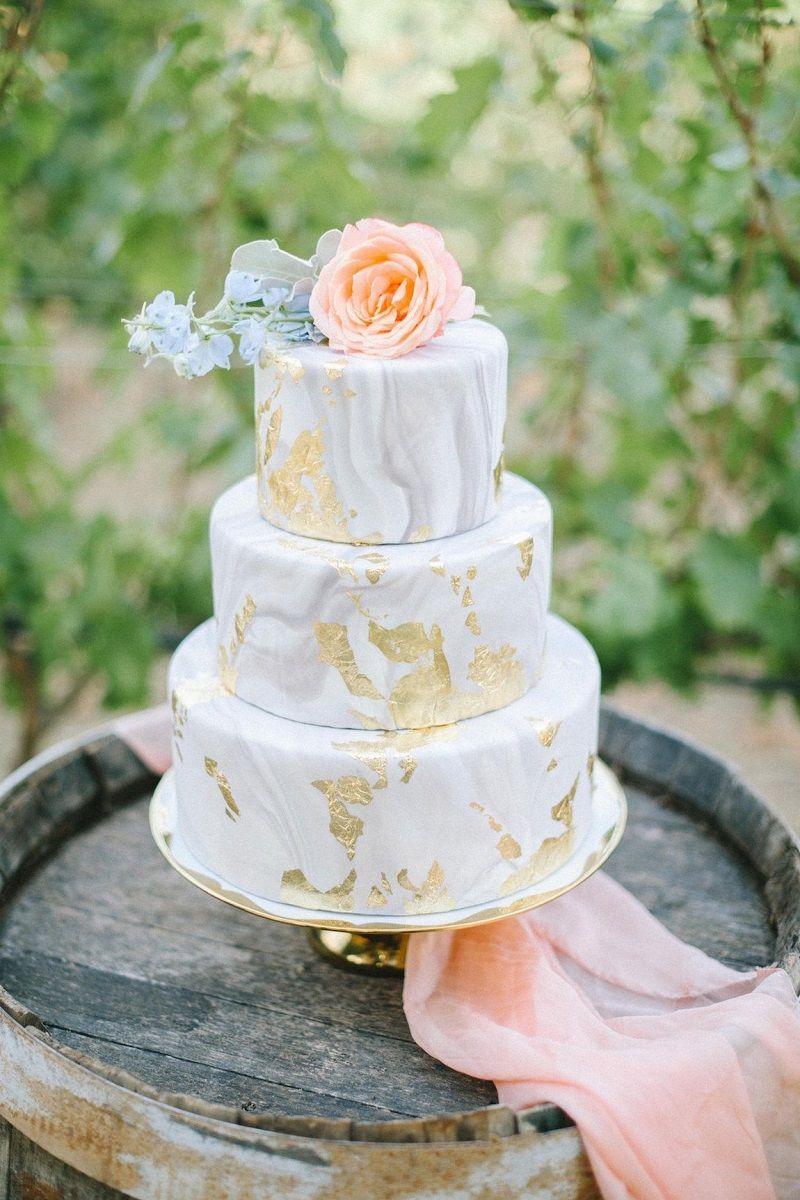 bolo-de-casamento-branco-com-efeito-mármore-e-folhas-de-ouro