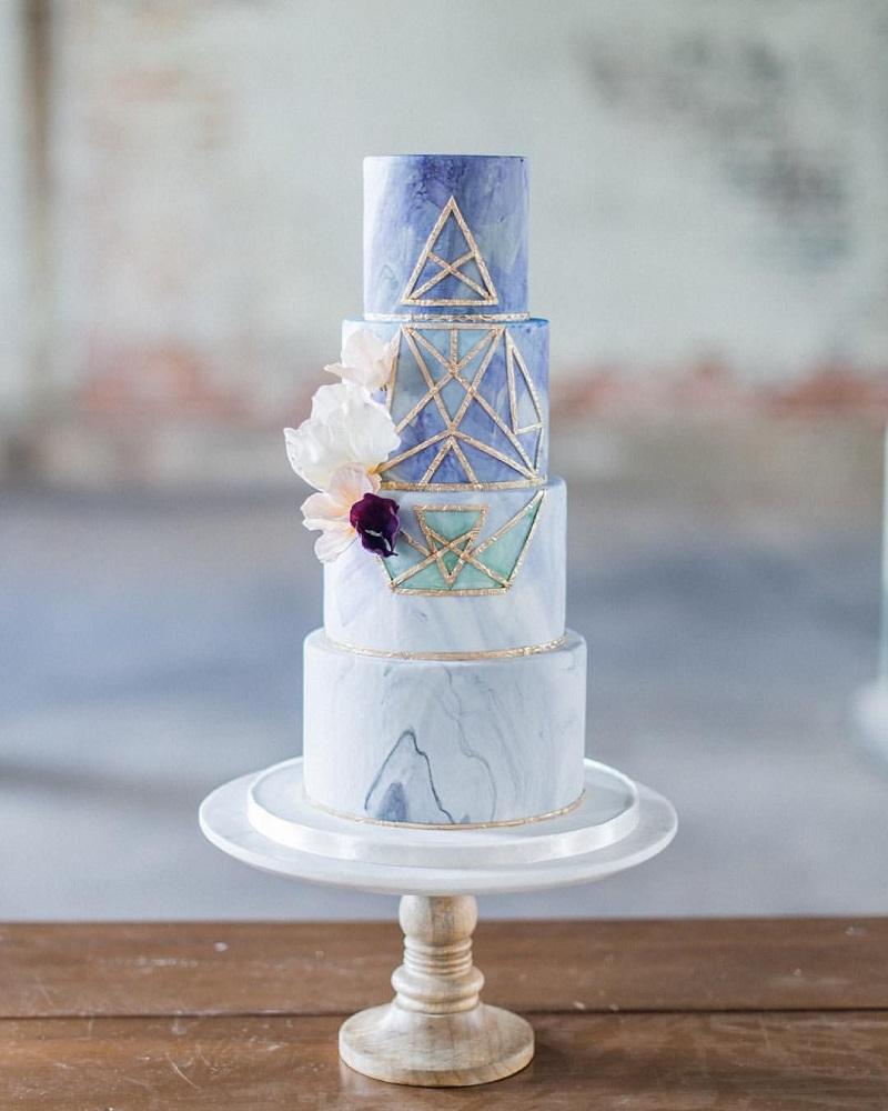bolo-de-casamento-branco-com-efeito-mármore-em-azul