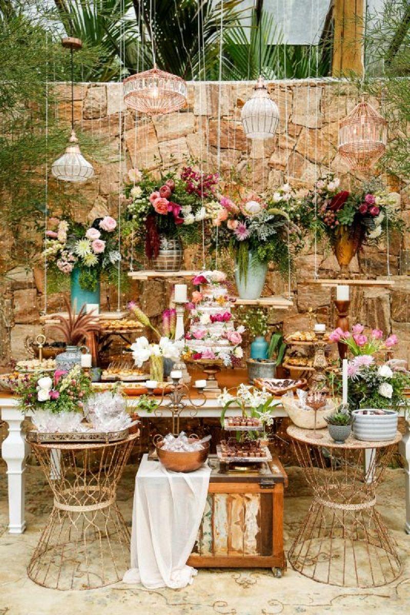 decoração de mesa de bolo em casamento ao ar livre
