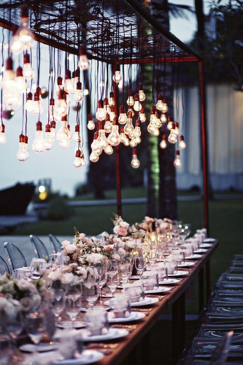decoração de casamento ao ar livre à noite com luzes de filamento