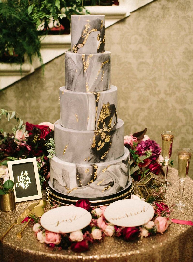 bolo-de-casamento-branco-com-efeito-mármore-preto-e-folhas-de-ouro