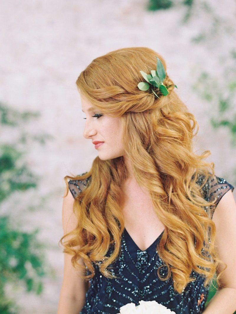 penteado-para-madrinha-de-casamento-semipreso-com-flores