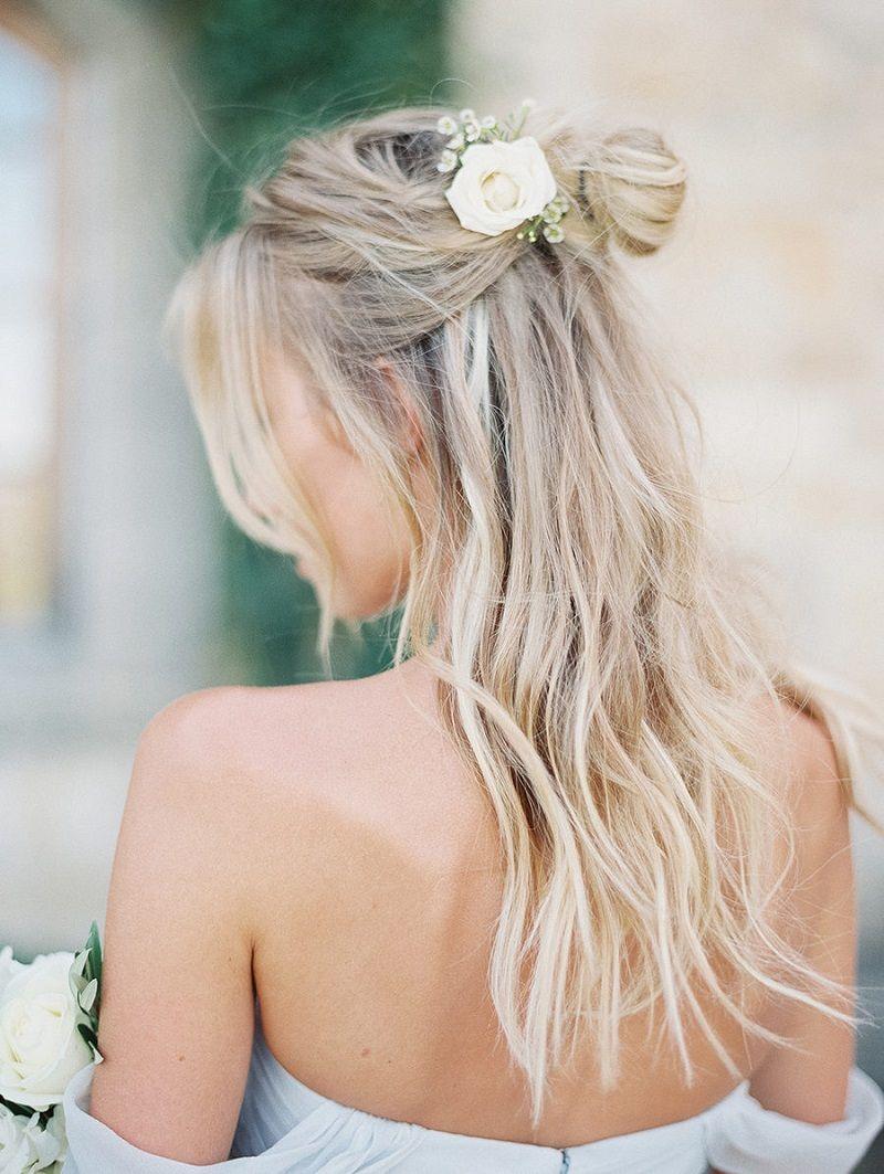 penteado-para-madrinha-de-casamento-semipreso-com-flor