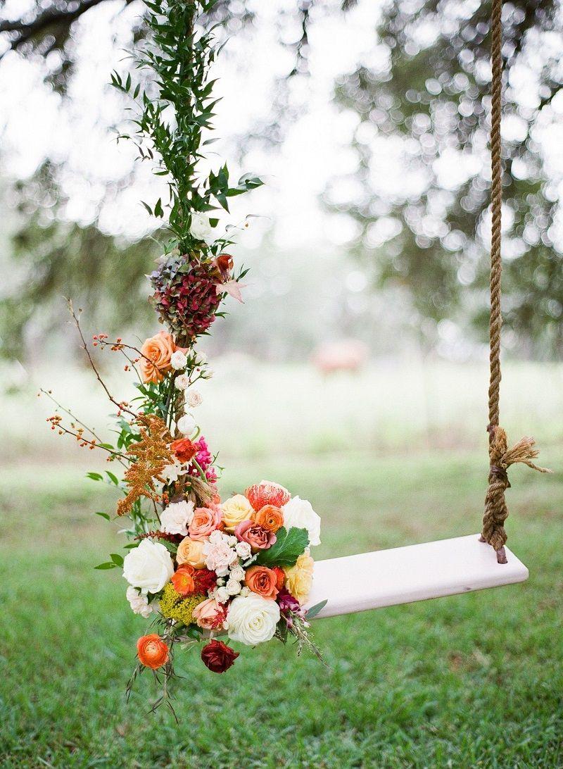 balanço de madeira para casamento ao ar livre