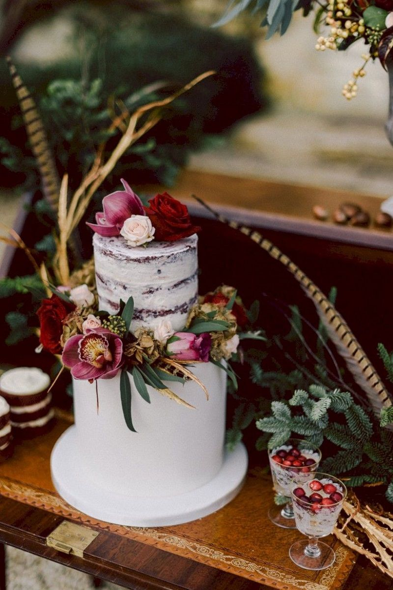 bolo com flores verdadeiras para casamento ao ar livre