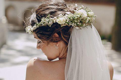 Como combinar a coroa de flores no penteado do Grande Dia