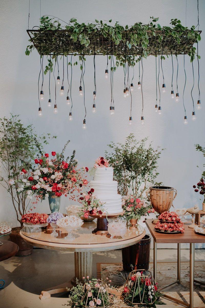 decoração-para-casamento-com-filamentos-e-arranjos-desconstruídos