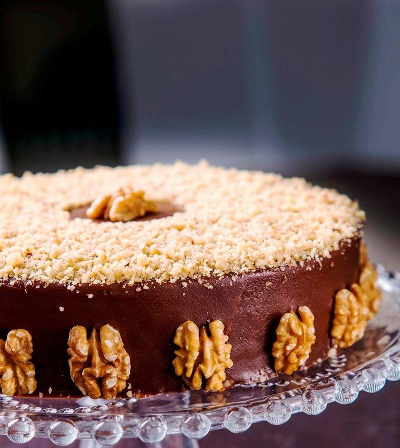 bolo-de-nozes-com-chocolate-da-confeitaria-dama