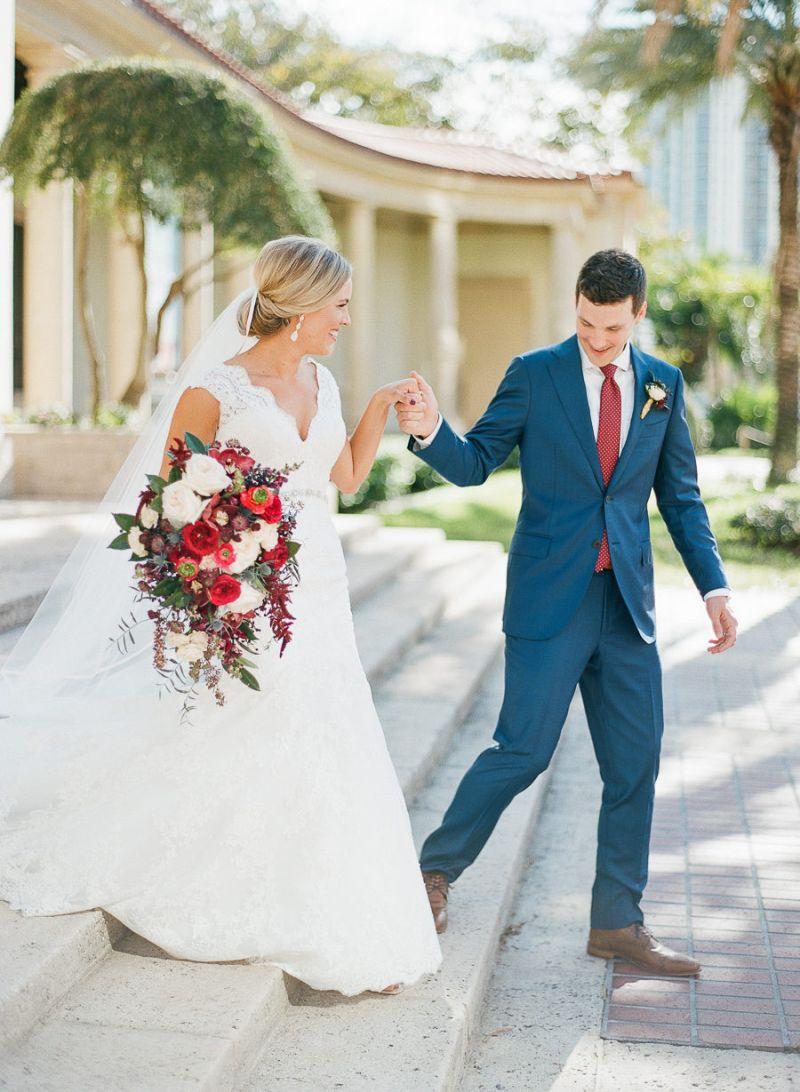 Terno do noivo azul com gravata vermelha
