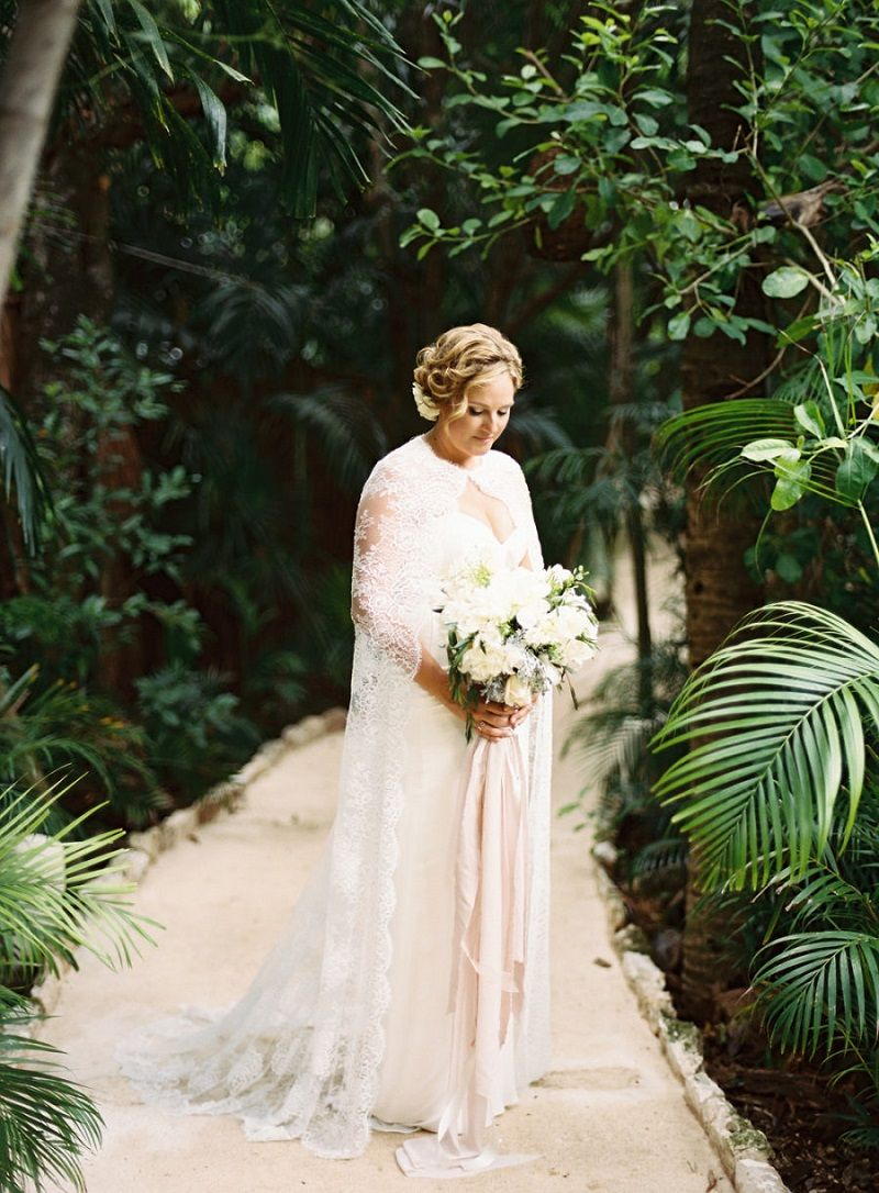 vestido-de-noiva-com-capa-de-renda