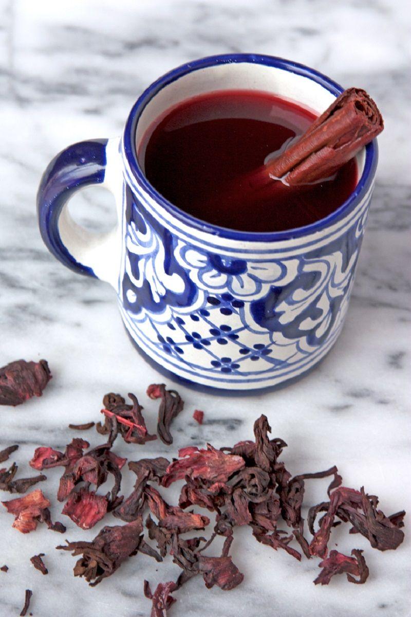 chá-de-hibisco-com-canela-em-xícara-portuguesa