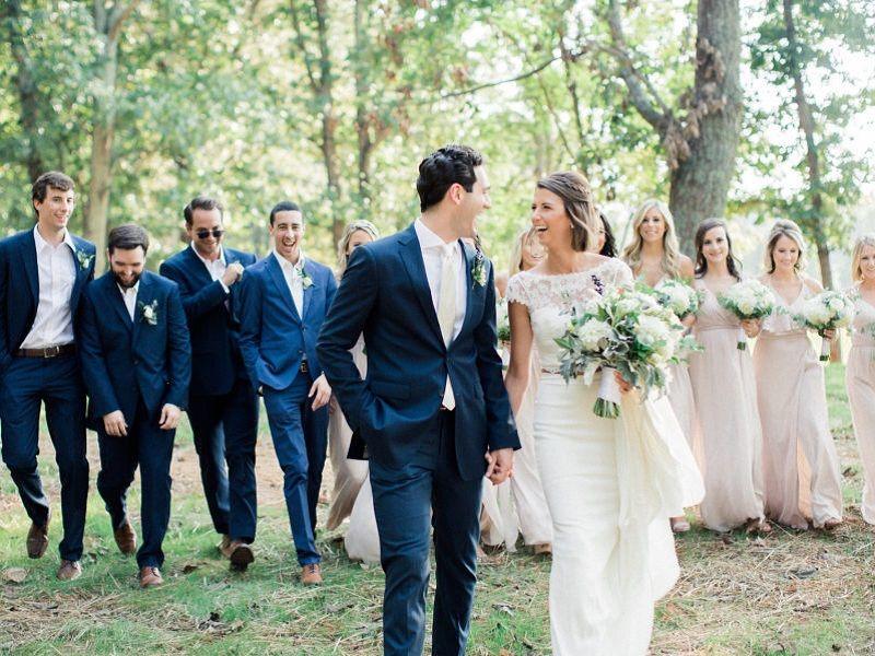 noivos-e-padrinhos-reunidos-em-foto-do-casamento