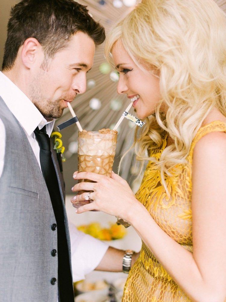 Casal comemorando as bodas de sorvete