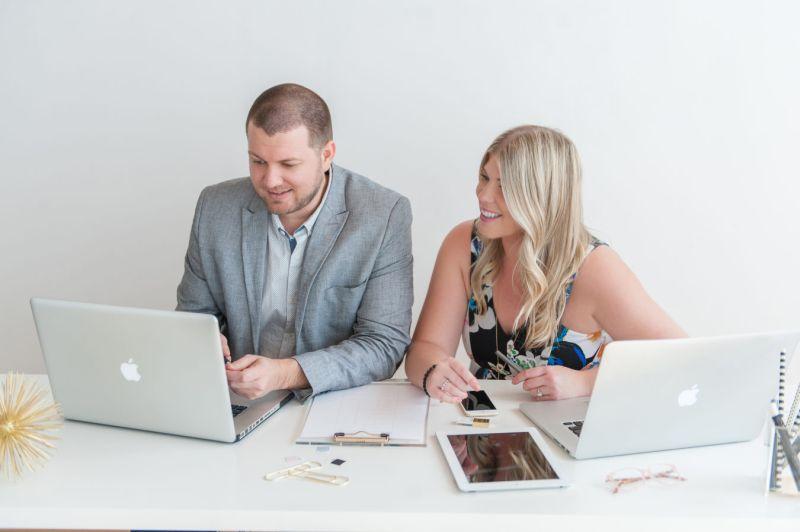 casal-fazendo-a-lista-de-convidados-no-computador