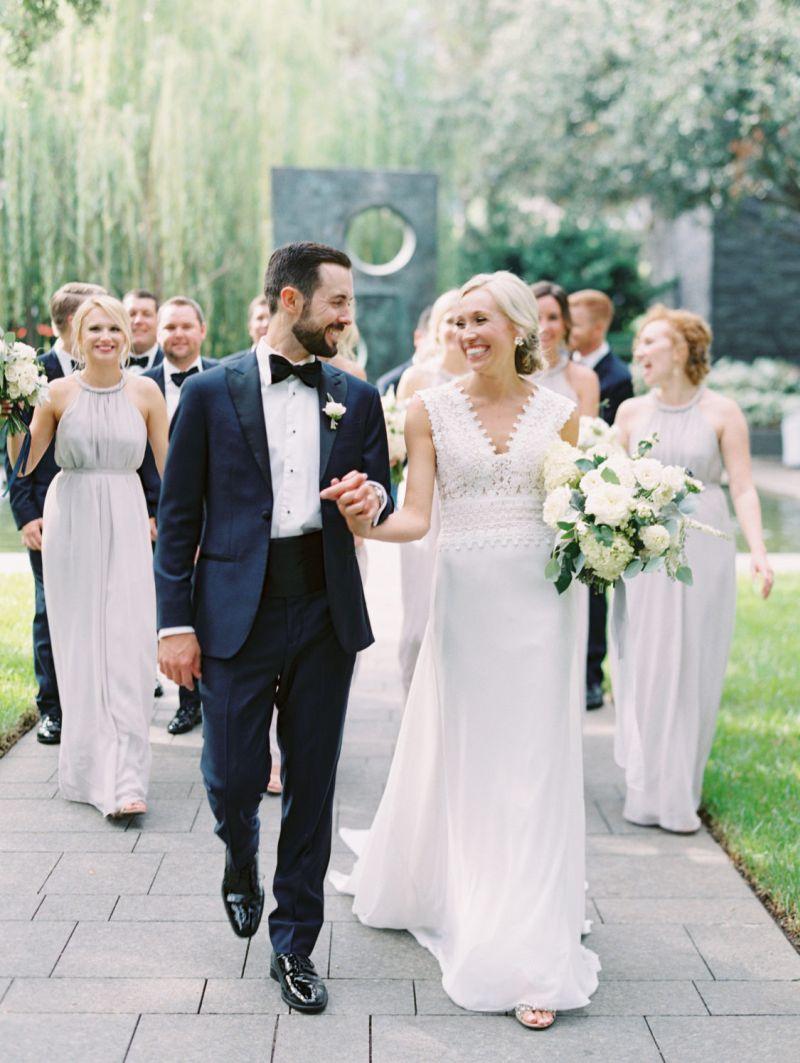 Casal de noivos com os padrinhos e madrinhas
