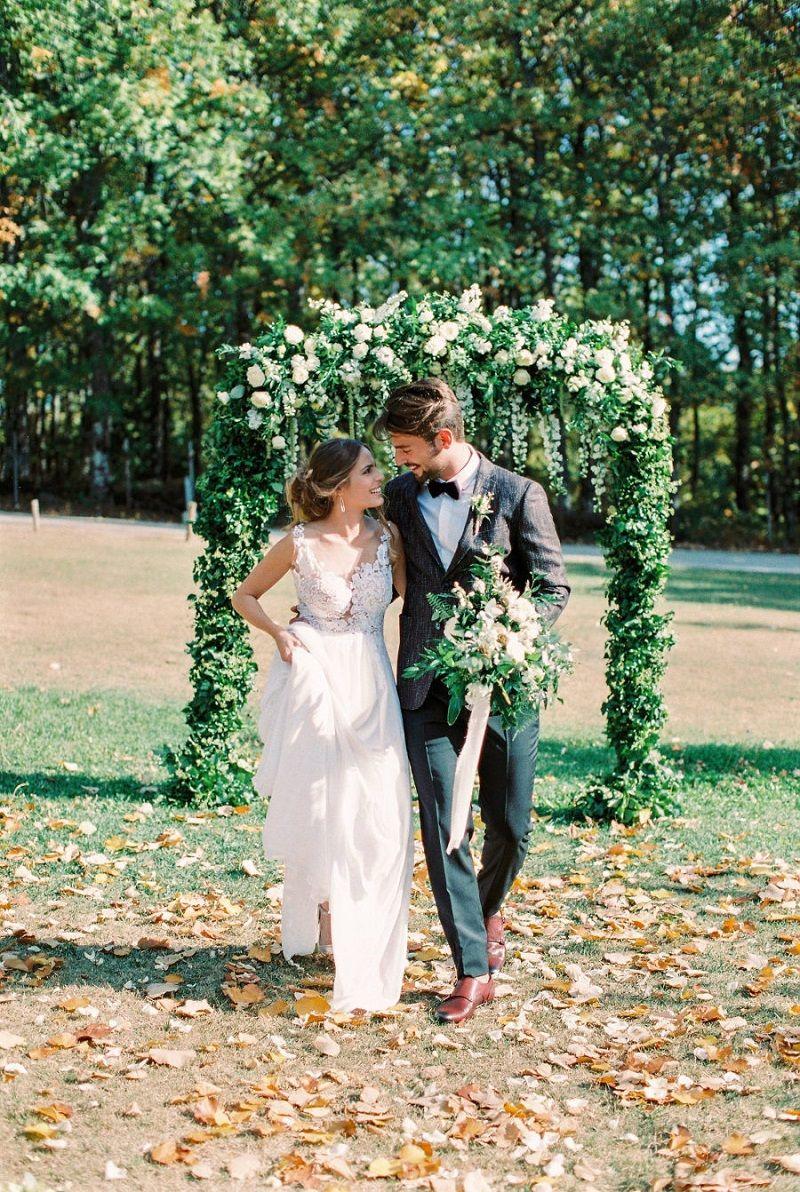 casal-em-cerimônia-de-casamento-ao-ar-livre