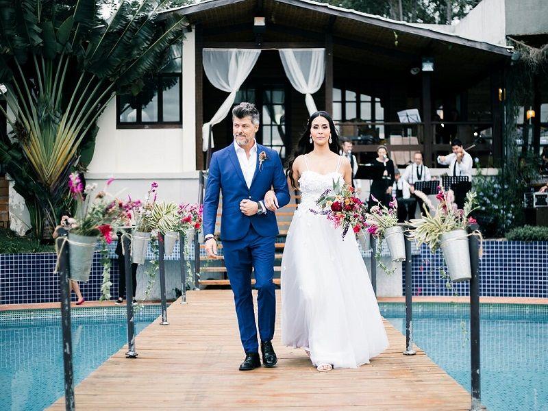 entrada-da-noiva-em-casamento-ao-ar-livre