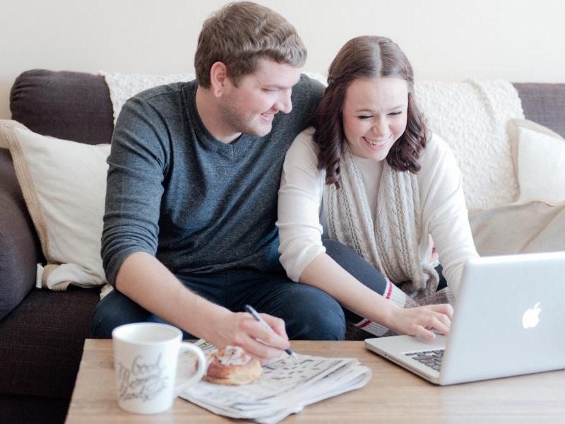 casal-organizando-lista-de-convidados-no-computador