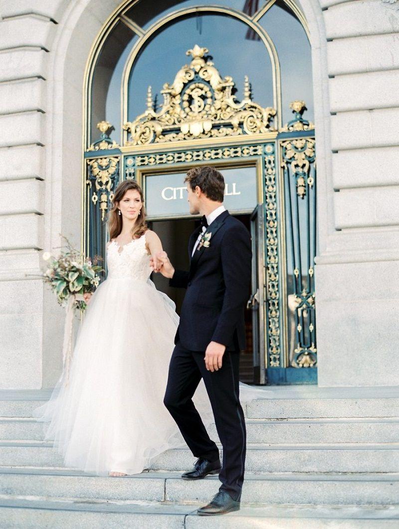 casal-na-saída-do-casamento-civil