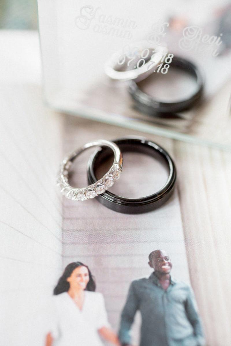 Anéis de noivado e alianças não tradicionais