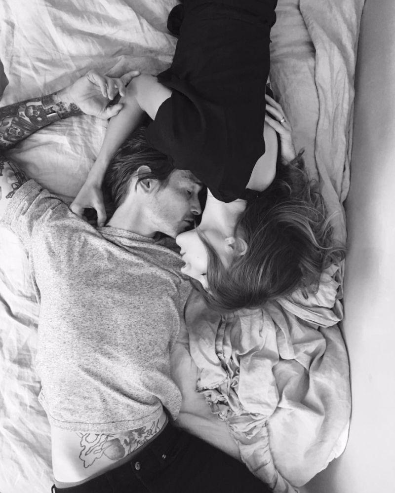 Casal deitado na cama juntos