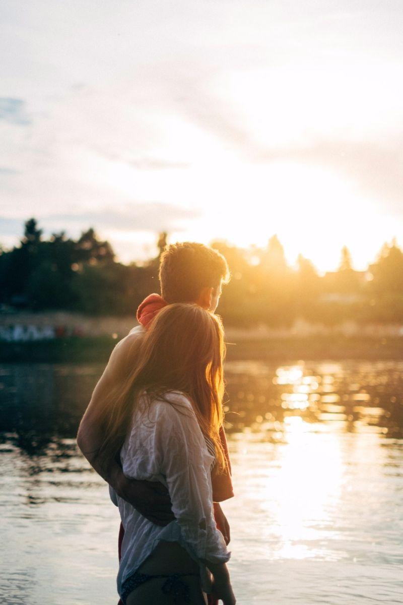 Casal olhando o pôr do sol