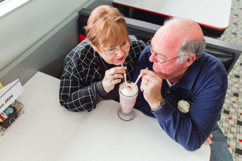 Casal de idosos tomando sorvete
