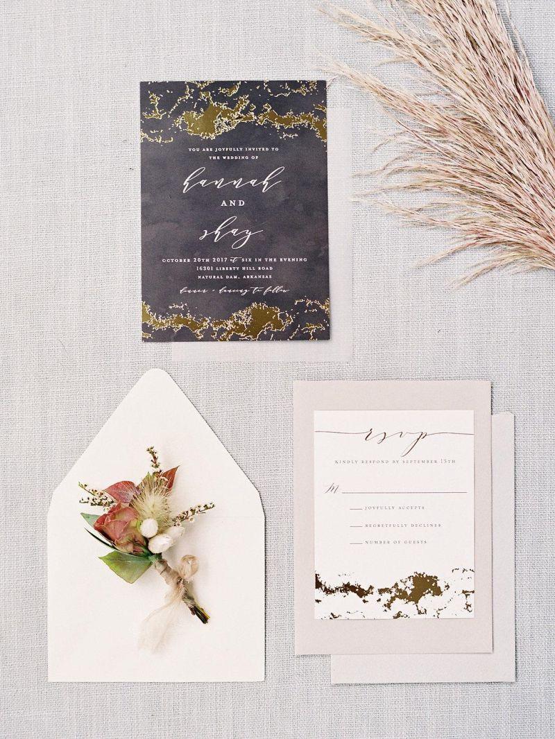 Convite de casamento com folhagens e com uma tonalidade roxa