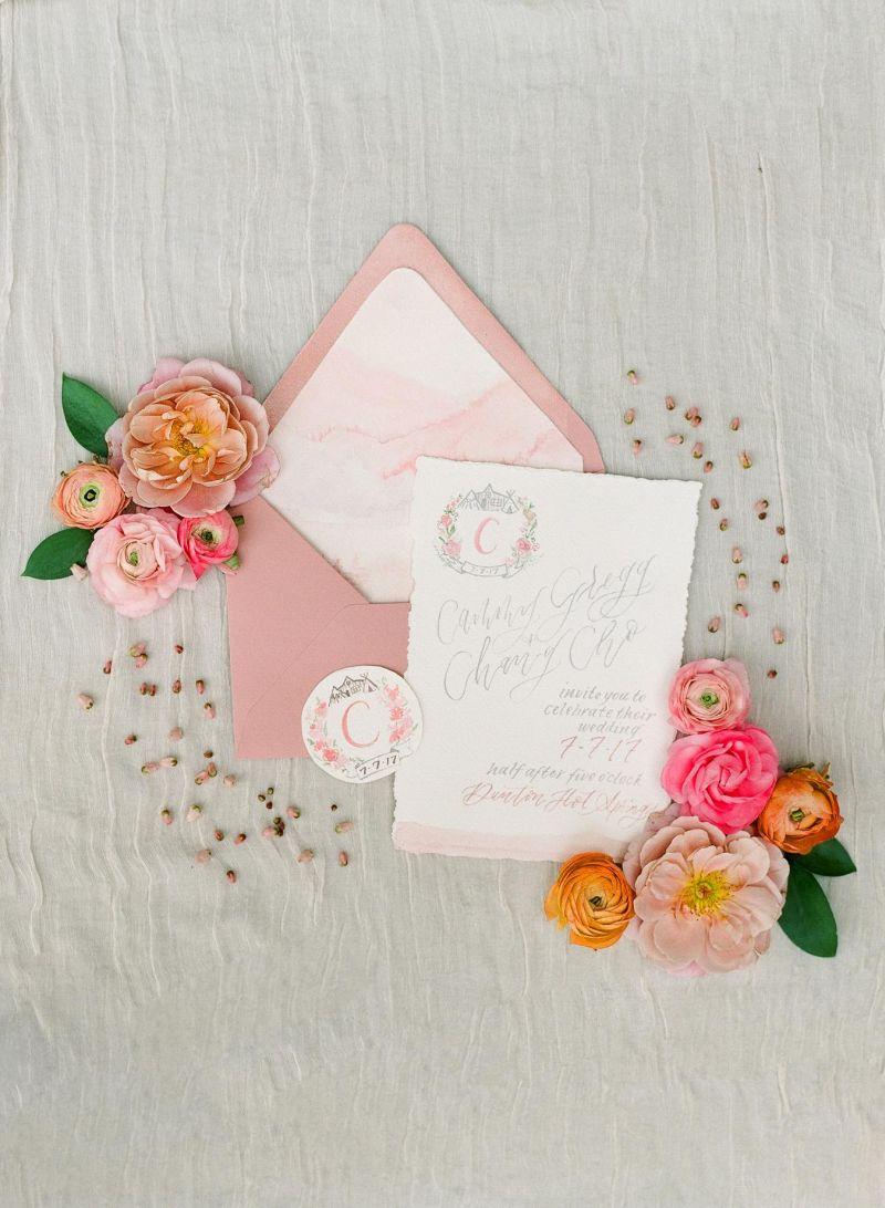 Convite de casamento aquarelado com uma tonalidade em rosa