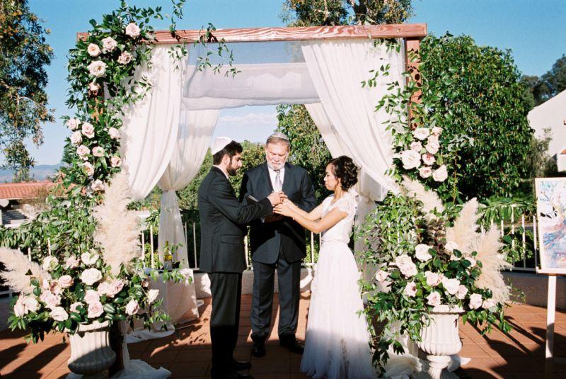 Noivos no altar durante o casamento