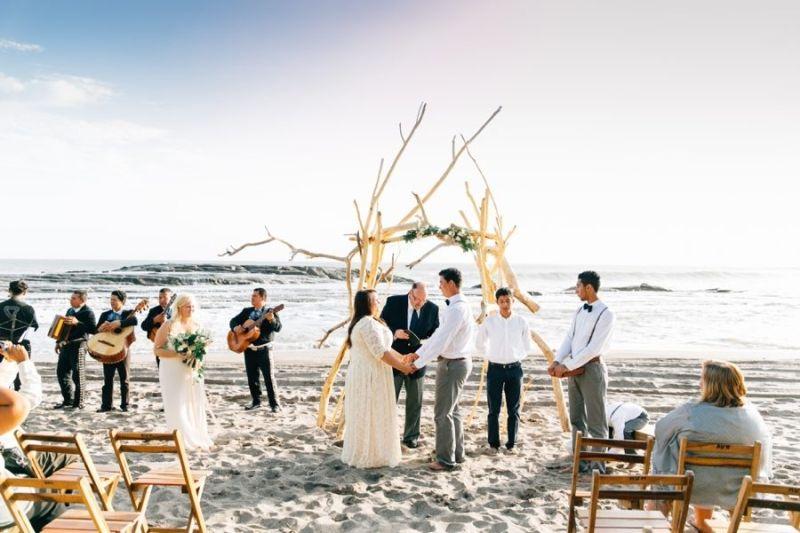 Casamento na praia com vista para o mar