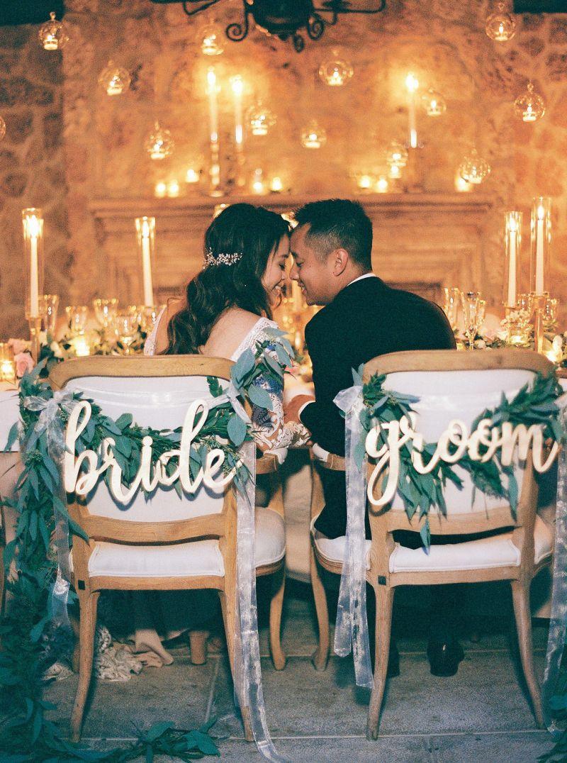 Casal se beijando no casamento