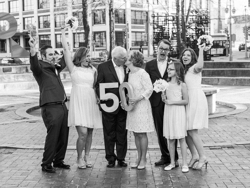casal-e-família-comemorando-bodas-de-ouro