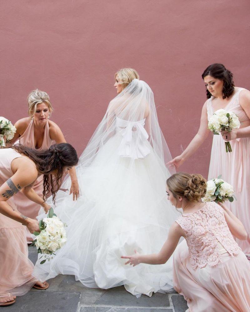 Amigas mexem no véu da noiva para o início da cerimônia