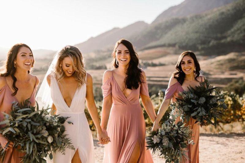 Noiva com as amigas andando de mãos dadas