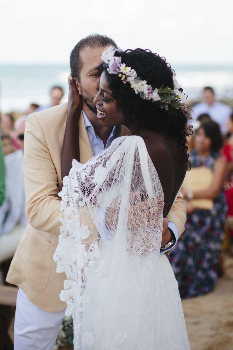 Noiva e o noivo se beijando no altar