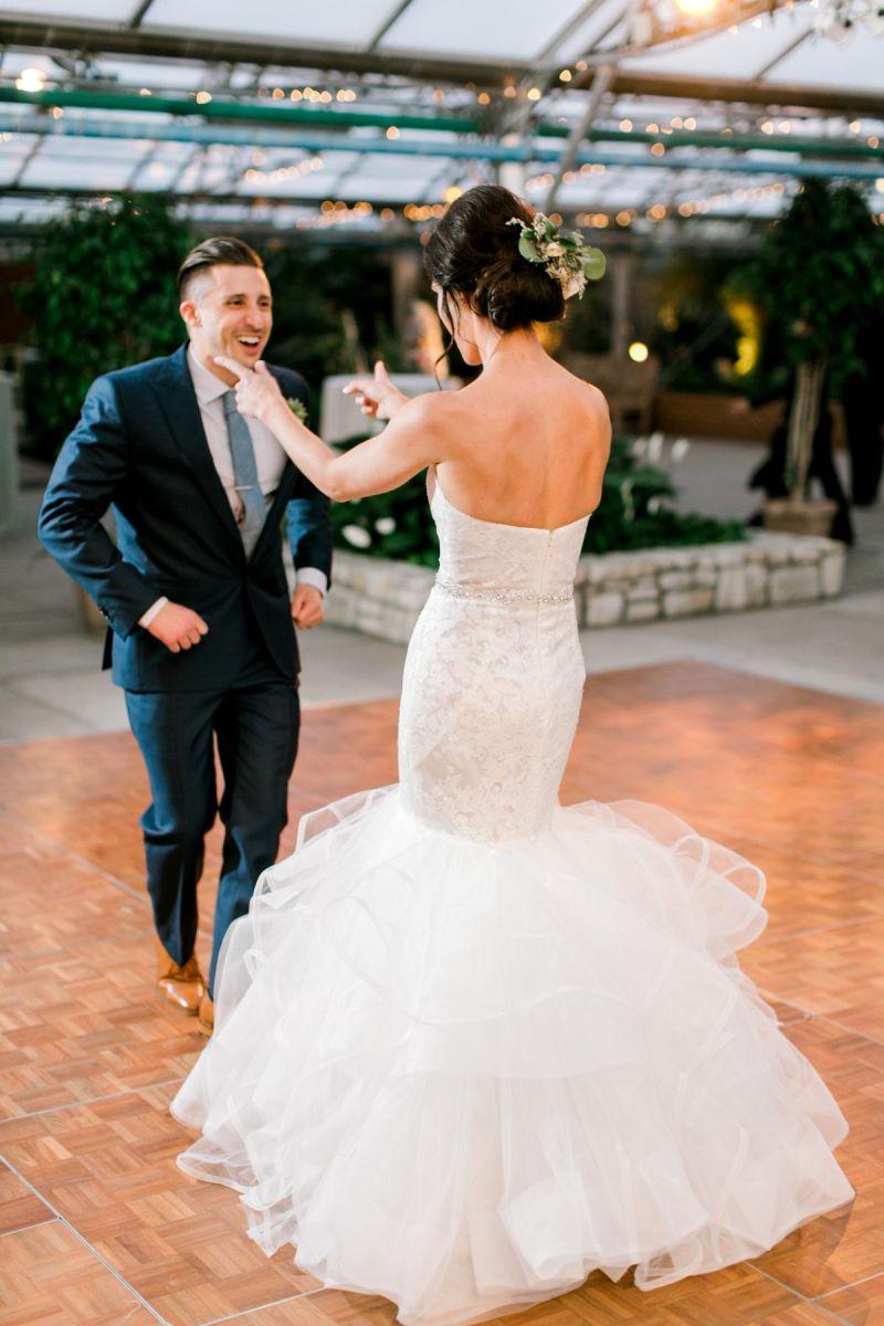 Casal dançando durante a festa