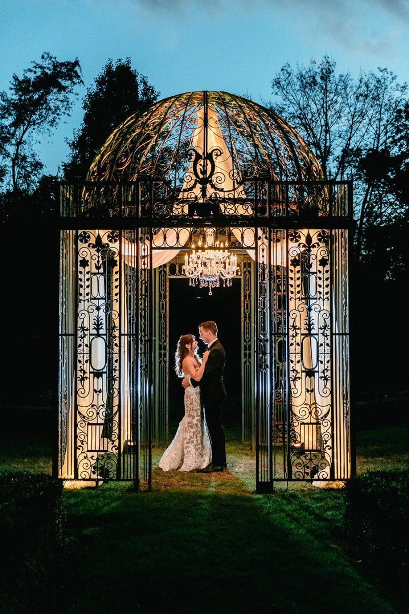 Casal em um ambiente romântico para foto