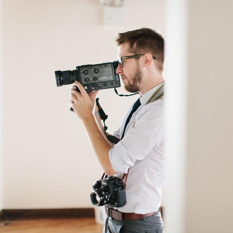 Homem fazendo filmagens