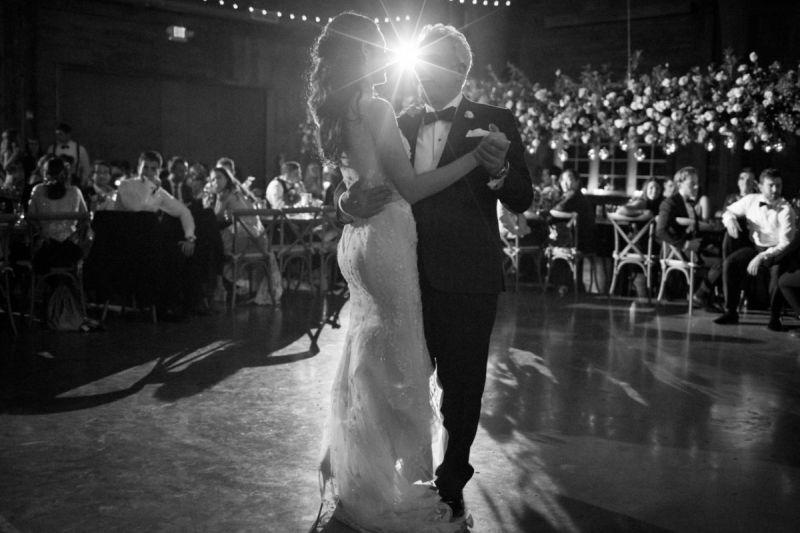 Casal dançando durante o casamento