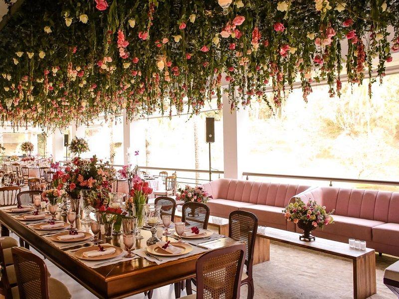 decoração-com-sofá-rosé-e-flores-penduradas