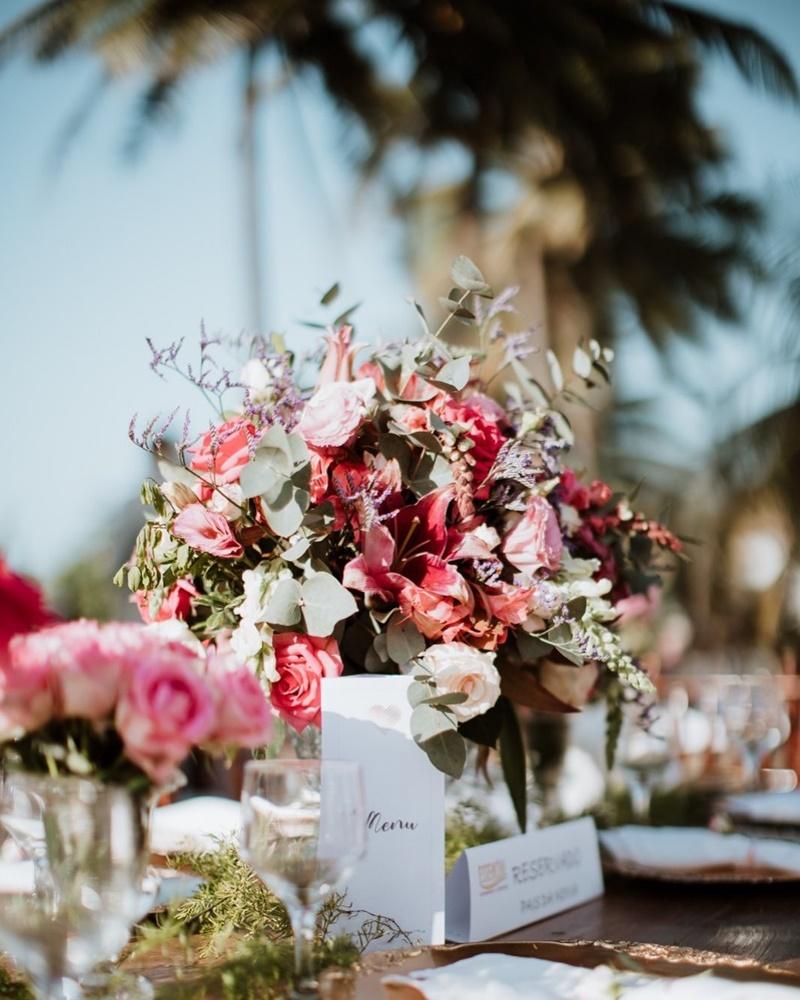 arranjo de flor em rosa e branco