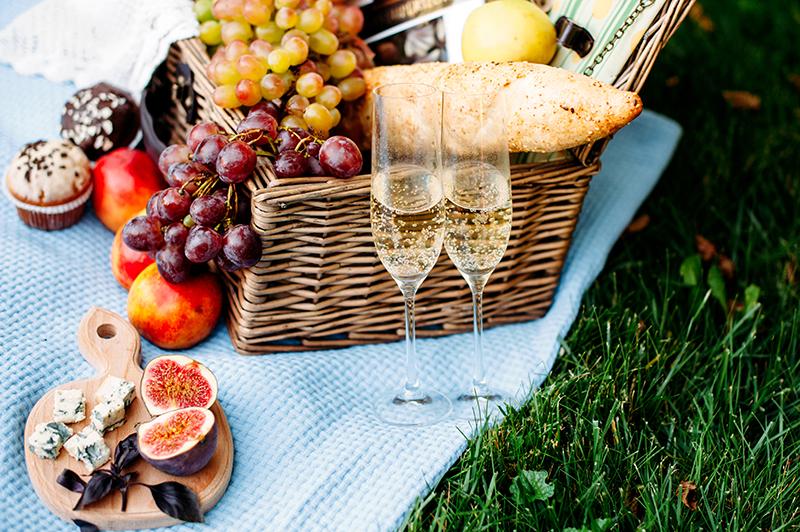 Bodas de algodão - piquenique romântico ao ar livre, com uma cesta com recheada de comidas e vinhos