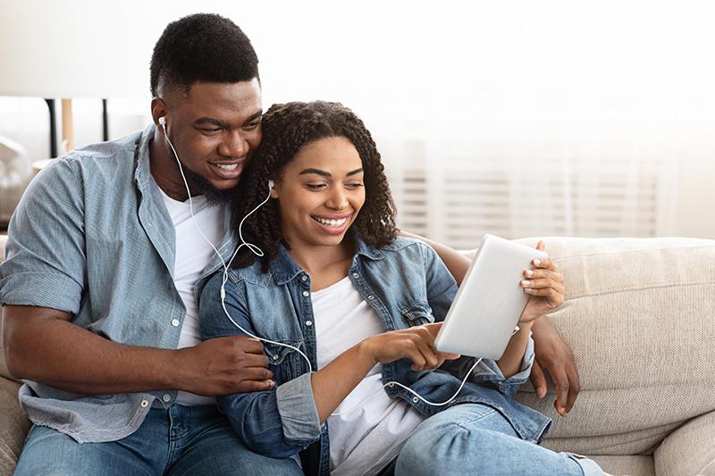 Bodas de algodão - casal ouvindo música juntos