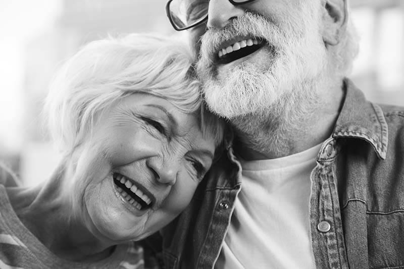 Bodas de casamento de casal de velhinhos simpáticos sorrindo