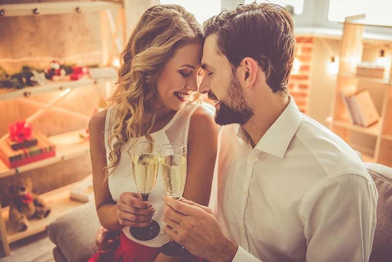 Bodas de casamento de casal se olhando e segurando duas taças de Champagne