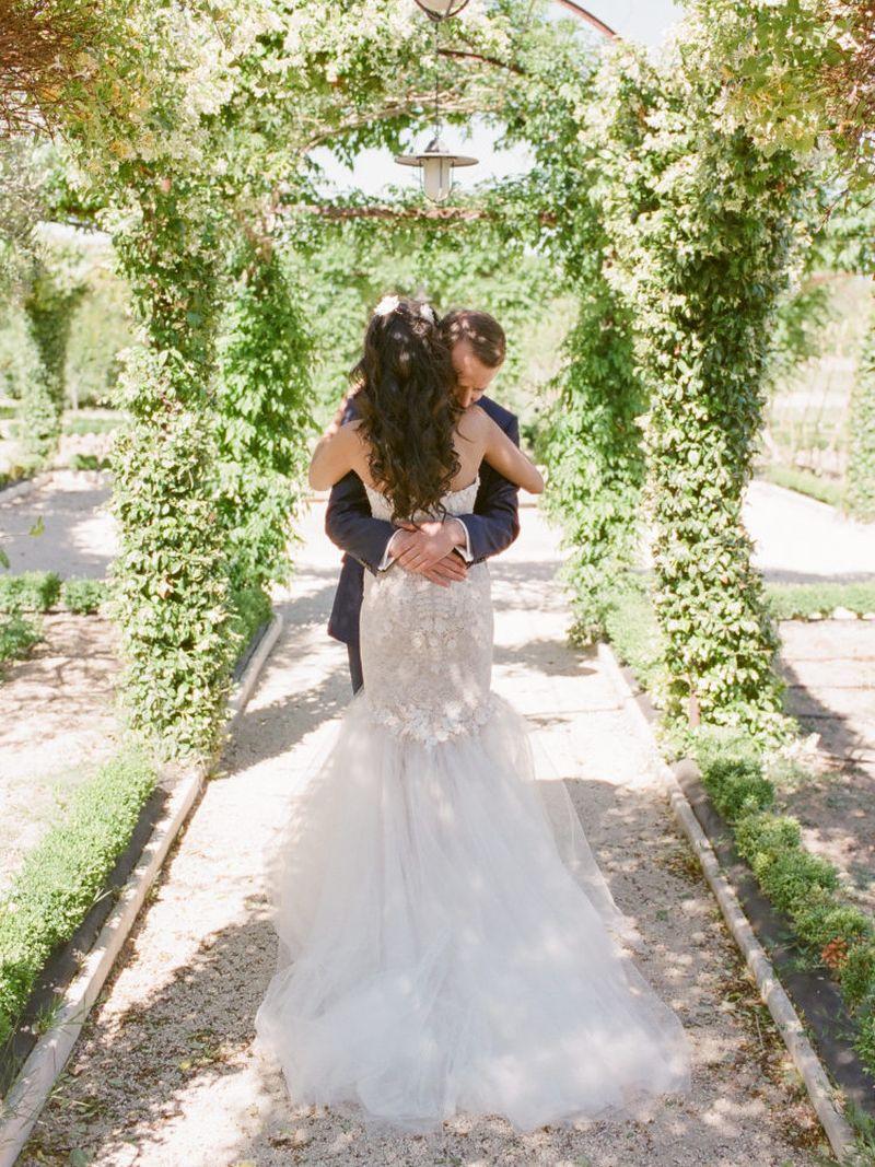 casal de noivos se abraçando