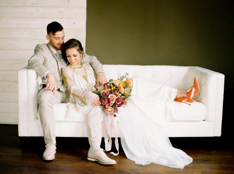 casal de noivos no sofá