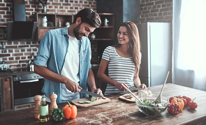 quarentena casal cozinhando